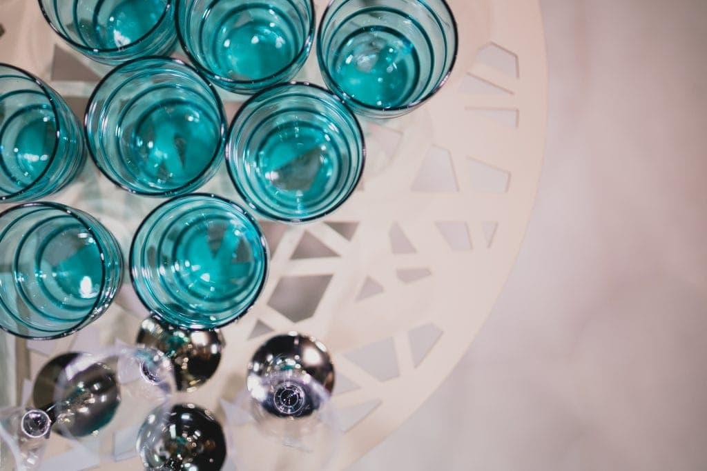 kilka szklanek napełnionych wodą